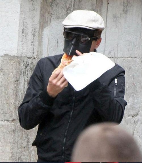 Khi có nhu cầu ăn uống thì nam diễn viên này chuyển sang dùng mặt nạ chống độc.
