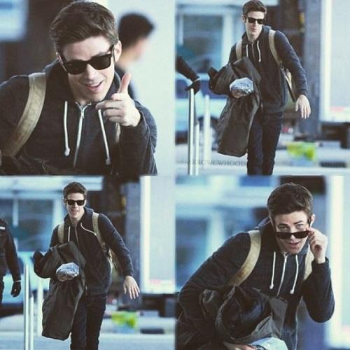Anh chàng diễn viên - ca sĩ Grant Gustin rất chịu khó tạo dáng trước ống kính thợsăn ảnh.