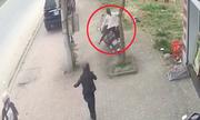 Em bé vặn ga xe máy khiến hai mẹ con tông vào gốc cây