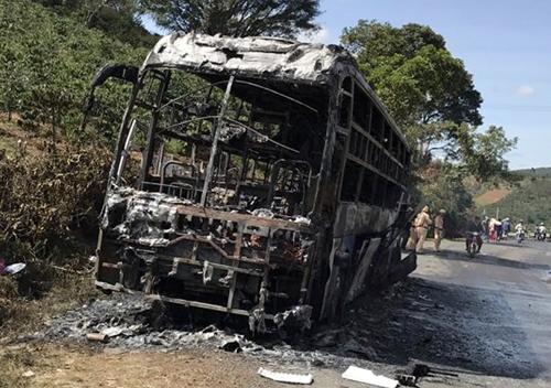 Xe khách bị cháy rụi. Ảnh: Khánh Hương