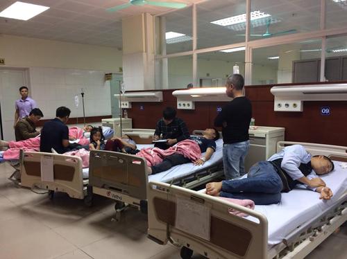 Các nạn nhân đang cấp cứu ở bệnh viện. Ảnh: Cao Hoàng.