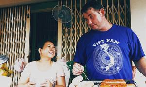 Chuyện tình cô gái Việt với chàng Tây bán xúc xích vỉa hè