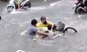 Hai chàng trai lao ra cứu cô gái bị nước mưa cuốn trôi 50m