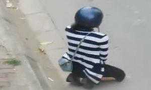 Bắt bạn gái quỳ xin lỗi bên cao tốc Hà Nội