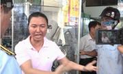 Chủ cửa hàng gào thét đòi giấy tờ thông báo khi bị xử lý lấn chiếm vỉa hè