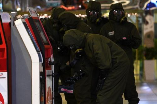 Lực lượng phòng độc kiểm tra sân bay Kuala Lumpur. Ảnh: AFP