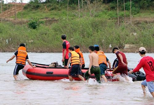 Cảnh sát PCCC Quảng Ngãi quần thảo, tìm nạn nhân