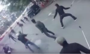 10 thanh niên vác dao, kiếm hỗn chiến trên phố Hà Nội