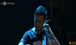 MC Anh Tuấn kéo đàn cello ca khúc 'Mắt đen'