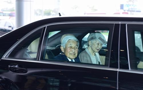 Nhà vua và Hoàng hậu Nhật Bản lên xe rời sân bay Nội Bài. Ảnh: Giang Huy.