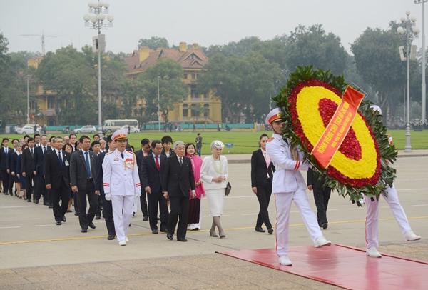 Nhà vua và Hoàng hậu viếng lăng Chủ tịch Hồ Chí Minh. Ảnh: Giang Huy.