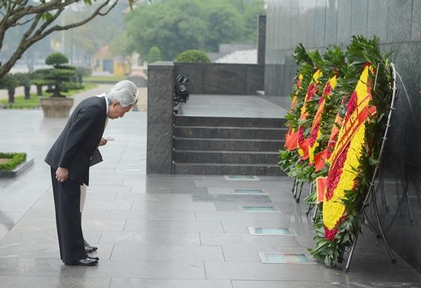 Nhà vua và Hoàng hậu đặt vòng hoa viếng Chủ tịch Hồ Chí Minh. Ảnh: Giang Huy.