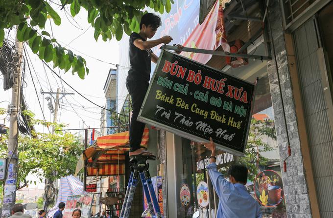 Nhiều người Sài Gòn tự tháo bảng hiệu chiếm vỉa hè