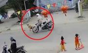 Bé trai đột ngột chạy qua đường bị xe máy húc văng 5 mét