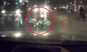 Tài xế phanh gấp tránh xe máy ngã trước đầu ôtô