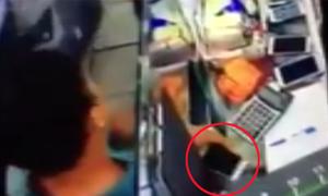 Trộm điện thoại nhanh như chớp trước mặt nhiều người