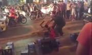 Hai thanh niên vung dao chém nhau giữa phố Hà Nội
