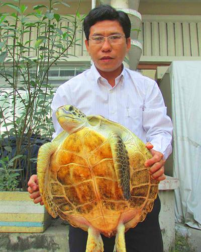 nguoi-dan-giao-nop-rua-bien-quy-hiem-12-kg