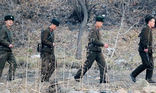 Binh sĩ Triều Tiên tuần tra biên giới. Ảnh: AFP