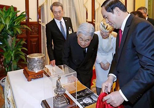 Nhà vua và Hoàng hậu Nhật Bản chiêm ngưỡng món quà tặng ngày 1/3. Ảnh: Hữu Sáng