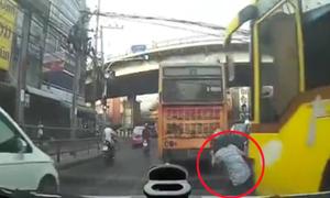 Người phụ nữ phi thân tránh cú lao tử thần của xe buýt