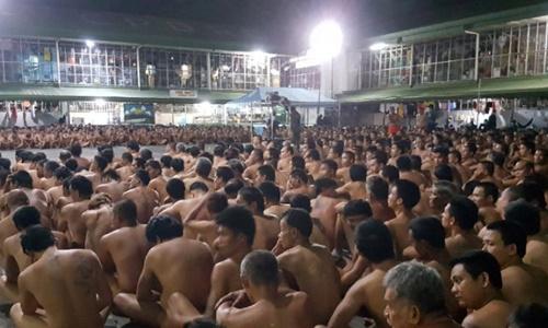 Hàng trăm tù nhân ở Philippines bị buộc cởi bỏ quần áo. Ảnh: AFP