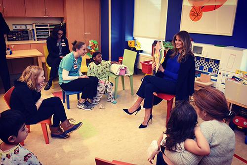 Bà Melania Trumpnói chuyện với những bệnh nhân nhí trong phòng vui chơi ngập tràn đồ chơi ở Trung tâm Y tế Weill Cornell.
