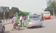 Taxi liên tục đánh võng, chặn đầu ôtô trên phố Hà Nội
