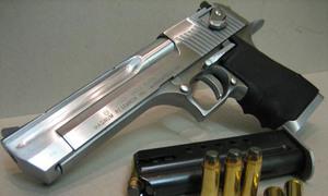 Cầm lựu đạn, súng ngắn chống cự cảnh sát