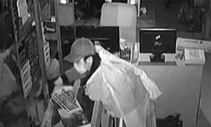 Siêu trộm trùm áo mưa đột nhập công ty bị bắt quả tang