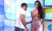 Người đẹp bikini nổi giận vì bị sàm sỡ trên sóng truyền hình