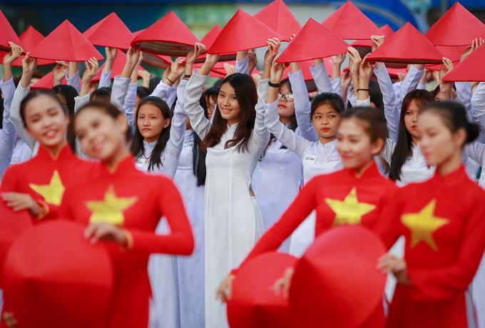 1.000 nữ sinh Sài Gòn diện áo dài đồng diễn trên phố Nguyễn Huệ