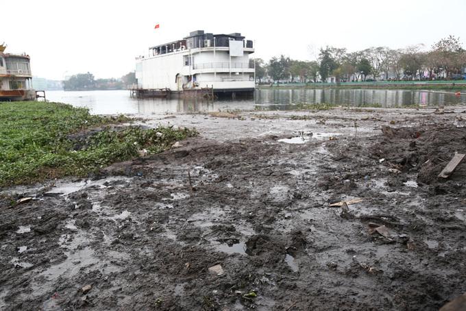 Rác thải, sình lầy ở Hồ Tây sau di dời nhà nổi