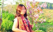 Người phụ nữ chụp ảnh với cành hoa bẻ từ cây anh đào Đà Lạt