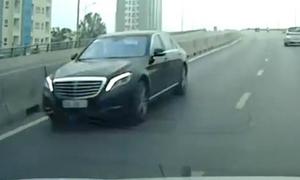 Mercedes chạy ngược chiều trên cầu vượt ở Sài Gòn