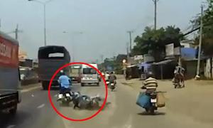 Hai người ngã xe máy suýt bỏ mạng trước đầu ôtô