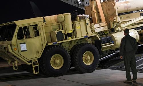 Tổ hợp THAAD được chuyển tới căn cứ không quân Osan, Hàn Quốc, đêm 6/3. Ảnh: Reuters.