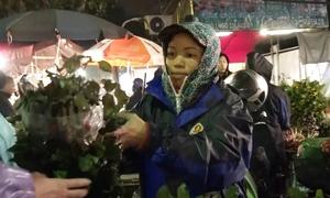 Những phụ nữ mưu sinh lúc nửa đêm ở chợ hoa Hà Nội
