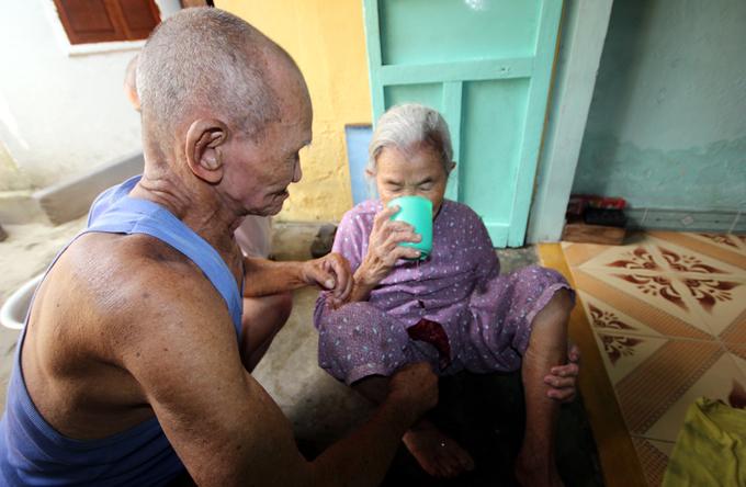 Cụ ông 90 tuổi 40 năm gánh nước thuê nuôi cụ bà