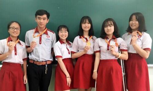 nu-sinh-bi-mat-chan-dat-huy-chuong-bac-olympic