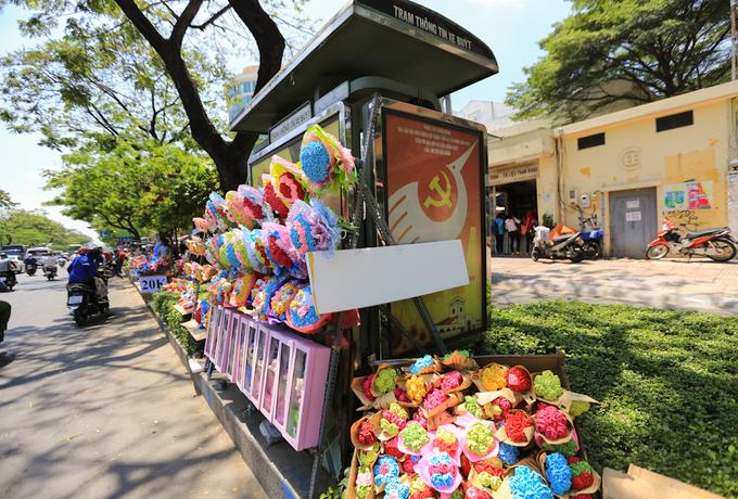 Trạm xe buýt, bồn cây ở Sài Gòn thành nơi bán hoa ngày 8/3