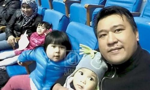 Mohd Nor Azrin Md Zain, tham tán đại sứ quán Malaysia tại Triều Tiên chụp ảnh cùng vợ và con ở Bình Nhưỡng. Ảnh: Star