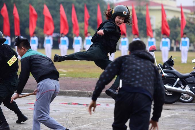 Nữ cảnh sát đặc nhiệm biểu diễn côn nhị khúc, đánh võ điêu luyện