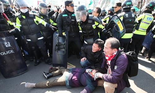 Một người bị thương trong cuộc biểu tình ủng hộ tổng thống Hàn Quốc bị phế truất. Ảnh: Reuters