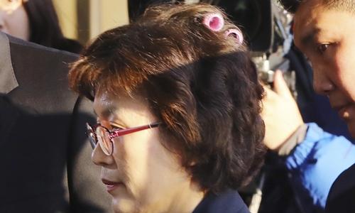 Bà Lee Jung-mi quên tháo lô tóc khi đến tòa. Ảnh: Taiwan News