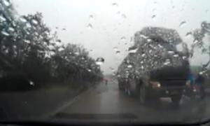 Xe tải chạy ngược chiều ở Hà Nội