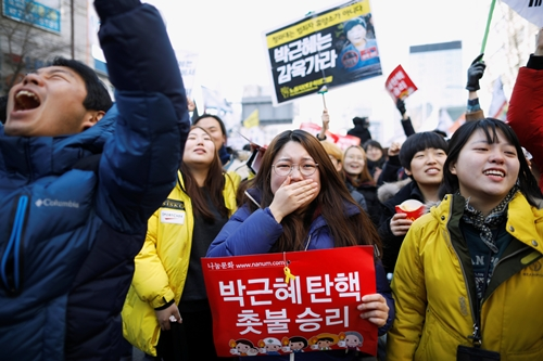 Phản ứng của người dân sau khi tòa ra phán quyết. Ảnh: Reuters