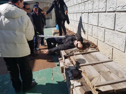 Một người biểu tình bị thương. Ảnh:Korea Herald)