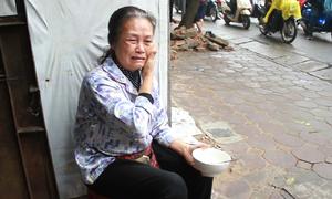 Người phụ nữ bật khóc vì không được bám vỉa hè kiếm sống