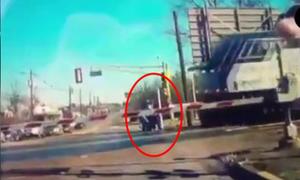 Chàng trai cứu cụ già khỏi tai nạn tàu hỏa